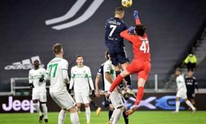 Đối thủ kinh ngạc khi C. Ronaldo nhảy bật cao hơn thủ môn