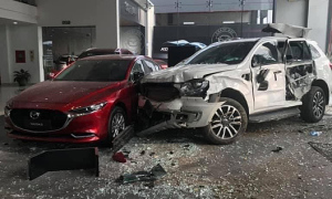 Khởi tố nữ tài xế lao vào showroom ôtô