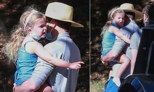 Bradley Cooper bế con gái đi chơi