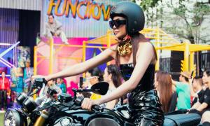 Thanh Hằng chạy môtô lên sàn catwalk