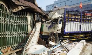 Xe tải tông sập nhà dân sau tai nạn liên hoàn