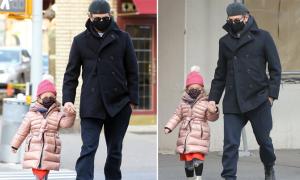 Cha con Bradley Cooper tình cảm trên phố