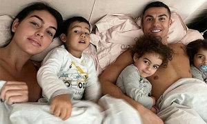 C. Ronaldo ôm hai con gái tình cảm