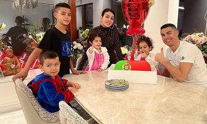 C. Ronaldo mừng sinh nhật bên bạn gái và các con
