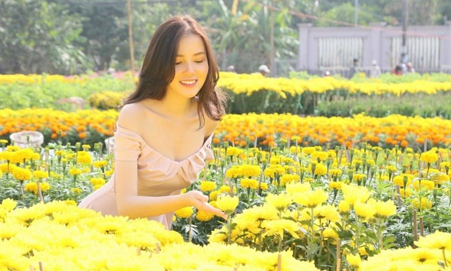 Huỳnh Thúy Vi check-in làng hoa Tết hơn 80 tuổi, đường hoa Cần Thơ