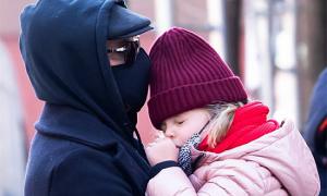 Con gái mút tay, ngủ gật trên vai Bradley Cooper