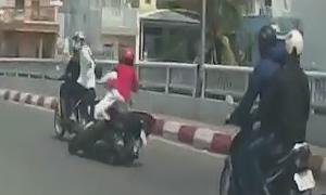 Đôi nam nữ ngã khỏi xe máy vì bị giật dây chuyền