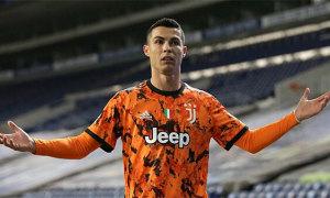 C. Ronaldo đâm sầm vào đồng đội