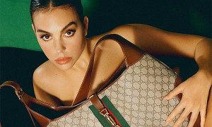 Bạn gái C. Ronaldo thoát y, lấy túi che thân