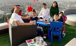 Nhà C. Ronaldo 'mở tiệc' trên sân thượng