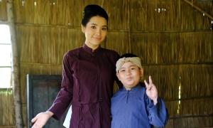 Hoàng Long quấn quýt 'mẹ' Phương Trinh Jolie
