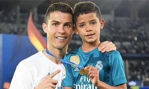 C. Ronaldo lo con trai thiếu ý chí vì sống quá đầy đủ