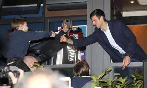 Djokovic tiệc tùng với fan, phớt lờ quy định phong tỏa