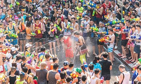 Tết té nước Songkran trở lại