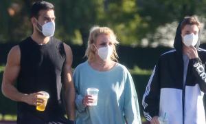 Britney Spears đi dạo với bồ trẻ và con trai
