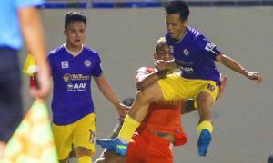 Văn Quyết và Việt Anh bị treo giò vì chơi xấu