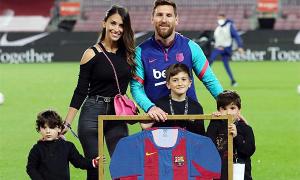 Vợ con đến sân mừng Messi phá kỷ lục