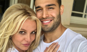 Britney Spears đi tiêm phòng Covid-19 cùng bạn trai