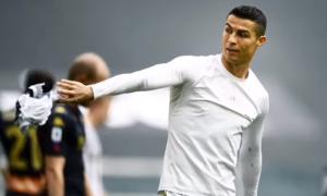 C. Ronaldo ném áo sau trận thắng Genoa