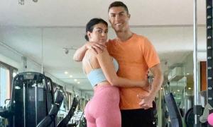 C. Ronaldo ôm bạn gái trong phòng gym