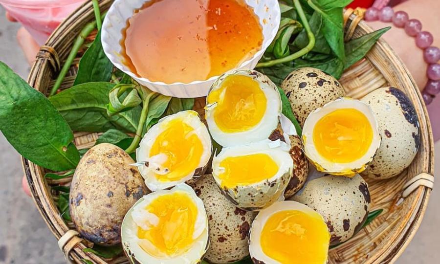 Ăn vặt ở Sài Gòn với món trứng cút lòng đào 'hên xui'