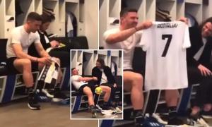 Sao Atalanta cười nghiêng ngả khi được tặng áo đấu của C. Ronaldo