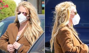 Britney Spears mặc áo của bồ trẻ đi mua sắm