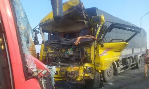 Tài xế xe tải tử vong khi 2 xe tông trực diện