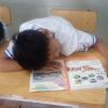 Cậu bé vùng cao nằm bò ra bàn học vì lệch xương sống