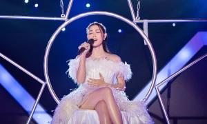 Diệp Bảo Ngọc ngồi xích đu hát hit của Phương Thanh