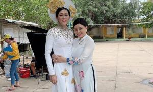 Ảnh sao 29/4: Hoài Linh mặc áo dài