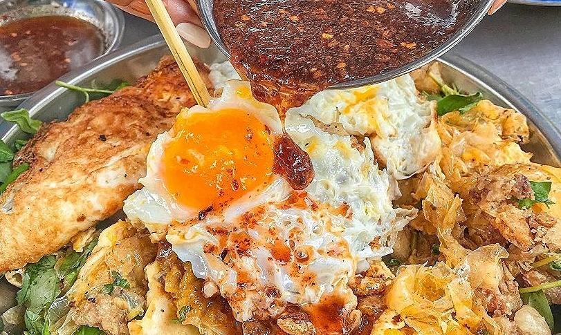 Bánh tráng trứng gà chiên 100.000 đồng một phần ở Sài Gòn
