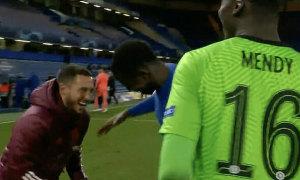 Hazard cười đùa với đối thủ sau khi bị loại khỏi Champions League