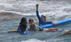 Ivanka Trump học lướt ván cùng ba con