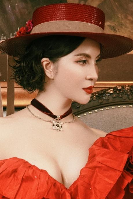 MC Thanh Mai diện váy xẻ tôn vòng một