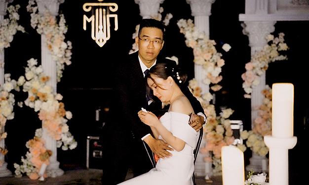Cô dâu khóc nức nở vì đám cưới gặp mưa lớn