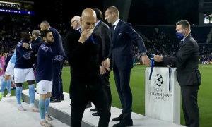 HLV Guardiola bị 'móc mỉa' vì hôn huy chương Á quân