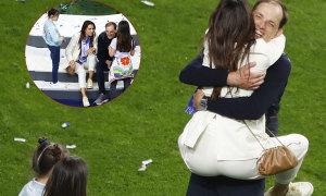 Vợ nhảy lên người HLV Chelsea mừng chiến thắng
