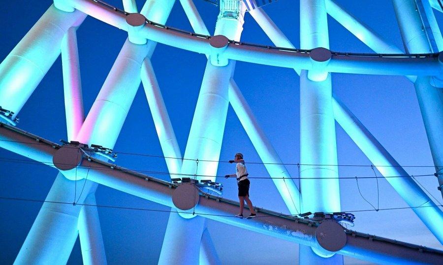 Đi bộ 'rớt tim' trên tháp truyền hình cao thứ 2 thế giới