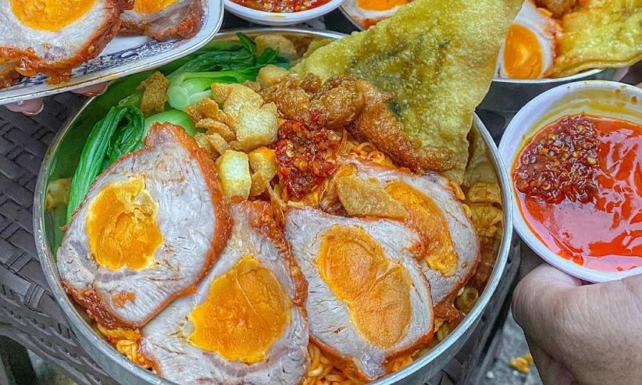 Mì xá xíu bọc trứng muối ở Sài Gòn