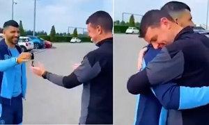 Aguero tận tay tặng xe cho nhân viên Man City