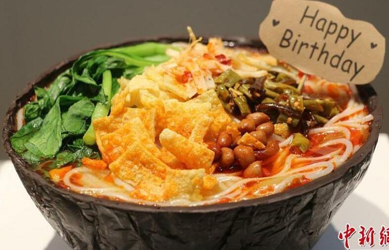 Bánh sinh nhật hình bát bún ốc gây sửng sốt
