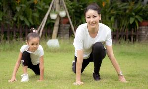Hà Kiều Anh tập thể dục cùng con gái