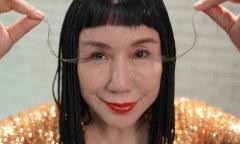 Người phụ nữ có lông mi dài nhất thế giới lại mọc dài thêm