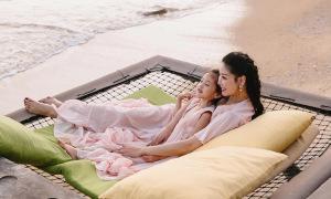 Hà Kiều Anh và con gái ngắm hoàng hôn trên biển