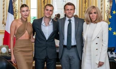 Vợ Justin Bieber bị phản đối vì mặc hở đi gặp tổng thống Pháp