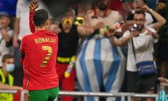 C. Ronaldo bị ném chai Coca khi mừng bàn thắng