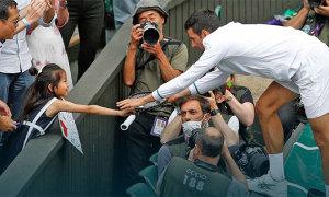 Djokovic tặng vợt cho bé gái gốc Á