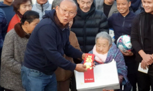 HLV Park về quê thăm mẹ sau đám tang bố vợ