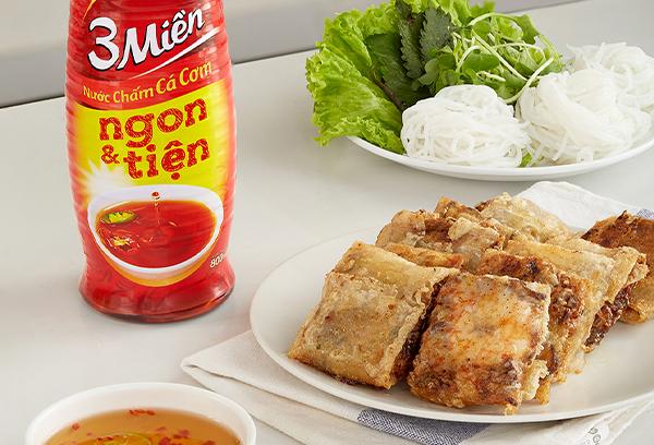 Chef Tuyết Phạm chỉ cách làm món nem cua bể giòn rụm